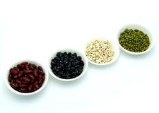 Rött vart, vara svart, haricot vert, peppar, jobbs revor och korn på vit bakgrund Arkivbilder