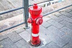 rött vatten för hydrant royaltyfria foton