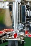 Rött vatten för påfyllningsmaskin fotografering för bildbyråer