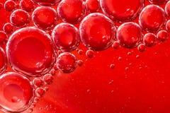 Rött vatten, luft och olje- blandat för en bubblig effekt Royaltyfria Foton