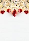Rött vertikalt julbaner, kopieringsutrymme, vitt trä Royaltyfri Foto