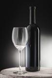 Rött vin buteljerar och wineexponeringsglas Fotografering för Bildbyråer
