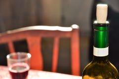 rött vin för flaskstolsexponeringsglas Royaltyfri Foto