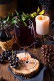 Rött vin från en trumma med druvor och ett exponeringsglas av vin royaltyfria bilder