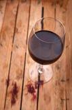 Rött vin i en spjällåda Royaltyfria Bilder