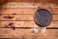 Rött vin i en spjällåda Fotografering för Bildbyråer