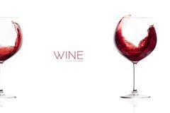 Rött vin i ett ballongexponeringsglas färgstänk Royaltyfri Fotografi
