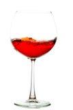 Rött vin i exponeringsglas Arkivbild