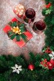 Rött vin i exponeringsglas som förbereds med närvarande askar på snöträboa royaltyfria bilder