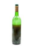 Rött vin i glasflaska på vit bakgrund Arkivbild