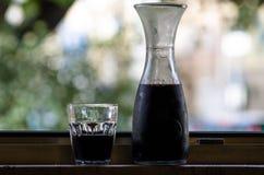 Rött vin i karaff Fotografering för Bildbyråer