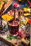 Rött vin med kryddor, anis och kanel Arkivfoton