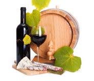 Rött vin med ostmellanmålet och den lilla trumman arkivbild