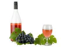 Rött vin med röda grova spikar och druvor Arkivbild
