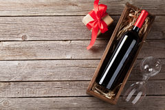 Rött vin- och gåvaask arkivbild