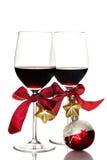Rött vin- och julprydnader Arkivfoto