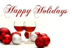 Rött vin och julpynt med lyckliga ferier för text Royaltyfri Bild