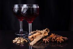 Rött vin och olika sorter av smaktillsatsen royaltyfri foto