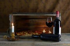 Rött vin och pizza Arkivbild