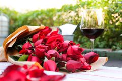 Rött vin och rosor Arkivbilder