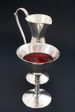 Rött vin och silver Arkivfoto