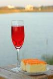 Rött vin och tårta Royaltyfria Bilder