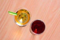Rött vin och vitt vin i ett vinexponeringsglas Royaltyfri Foto