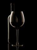 Rött vin på svart bakgrund Royaltyfria Bilder