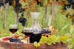 Rött vin på trätrumma Royaltyfri Fotografi