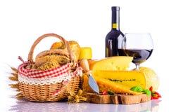 Rött vin, schweizisk ost och bröd fotografering för bildbyråer