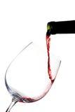 Rött vin som häller på vit Royaltyfri Bild