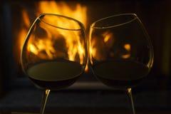 Rött vin vid avfyra Arkivbild
