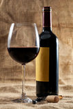 Rött vinexponeringsglas och buteljerar Royaltyfri Bild