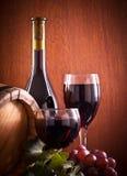 Rött vinexponeringsglas och flaska Royaltyfri Bild
