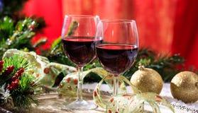Rött vinexponeringsglas på snö arkivfoton
