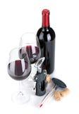 Rött vinflaska, exponeringsglas, korkskruv, korkar och termometer Arkivbilder