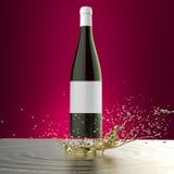 Rött vinflaska med det vita locket för tom vit etikett ovanför färgstänket av den glansiga vätskeguld- mallmodellen på röd bakgru Vektor Illustrationer