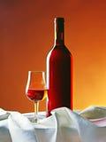 Rött vinflaska med gass Arkivbilder