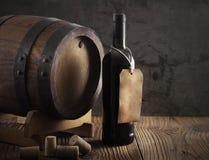 Rött vinflaska och gammal trumma Fotografering för Bildbyråer