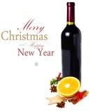 Rött vinflaska och kryddor för varmt funderat vin för jul på whit Arkivbilder