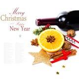 Rött vinflaska och kryddor för varmt funderat vin för jul på whit royaltyfri bild