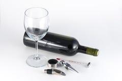Rött vinflaska och tillbehör Arkivfoton