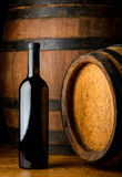 Rött vinflaska på träbakgrund Royaltyfria Bilder