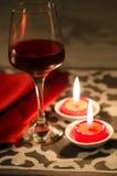 Rött vinglassl med den röda stearinljuset Arkivbilder