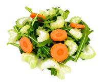 Rúcula, cenoura, azeitona e aipo isolados no fundo branco Fotos de Stock