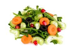 Rúcula, cenoura, azeitona e aipo isolados no fundo branco Foto de Stock