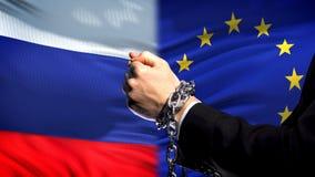 Rússia aprova a união de Eropean, o conflito acorrentado dos braços, o político ou o econômico fotografia de stock royalty free