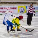 RÚSSIA, ARKHANGELSK - 14 DE DEZEMBRO DE 2014: a liga de hóquei arqueada, Rússia das ?as crianças da fase Fotografia de Stock