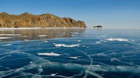 Rússia A beleza original do gelo transparente do Lago Baikal foto de stock