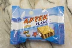Rússia Berezniki 28 de fevereiro de 2018: saco de plástico do petisco que empacota para waffles Artek do chocolate mais waffles imagens de stock